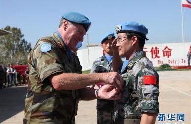 """中国赴黎维和官兵荣获""""和平荣誉勋章"""""""